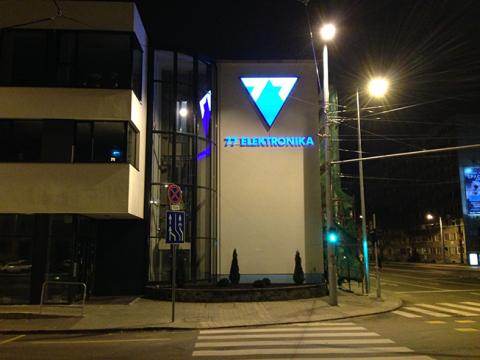 77 Elektronika világító cégtábla kihelyezés - Háttérország Kft. - Reklámdekoráció