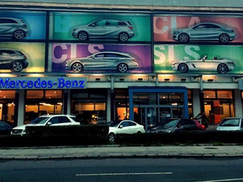 Mercedes molino kihelyezése - Háttérország Kft. - Reklámdekoráció