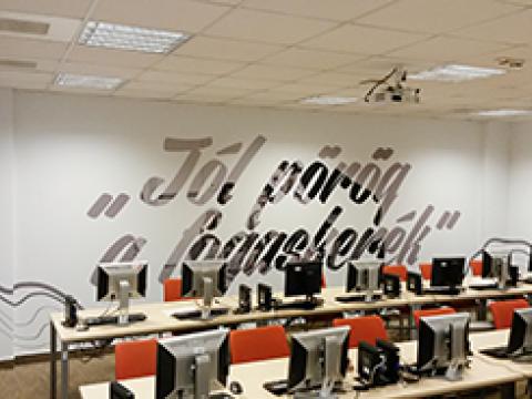 Vodafone irodai dekoráció - Háttérország Kft. - reklámdekoráció