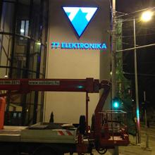 77 Elektronika világító cégtábla kihelyezés