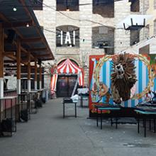 Cirkusz témájú dekoráció kihelyezése