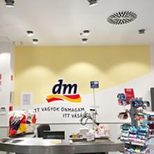 DM üzlet - faldekoráció - Háttérország Kft. - Reklámdekoráció