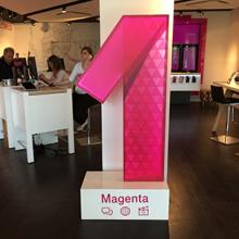 Magenta 1 világító doboz dekorálása és kihelyezése