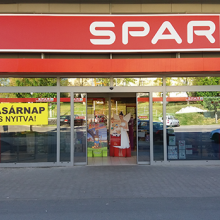 Spar üzletlánc vasárnapi nyitvatartás hirdetésének kihelyezése