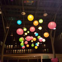 Telekom székház dekorációja lampionokkal